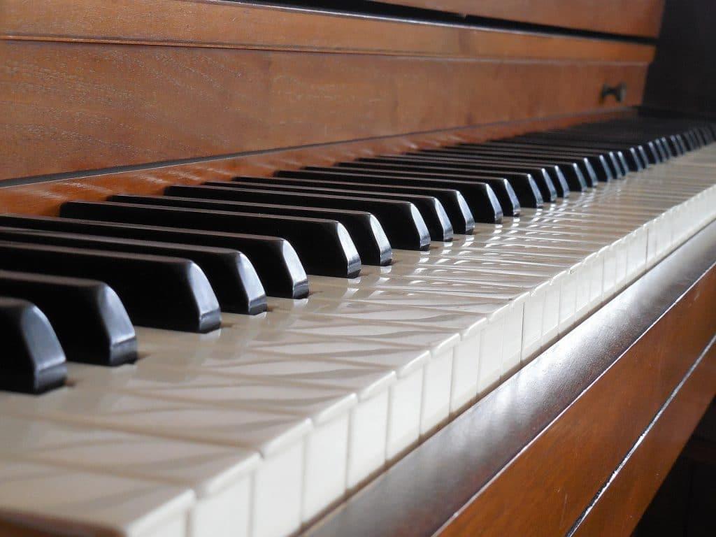 """Online Klavier lernen vs. """"normaler"""" Klavierunterricht: Eine Gegenüberstellung"""