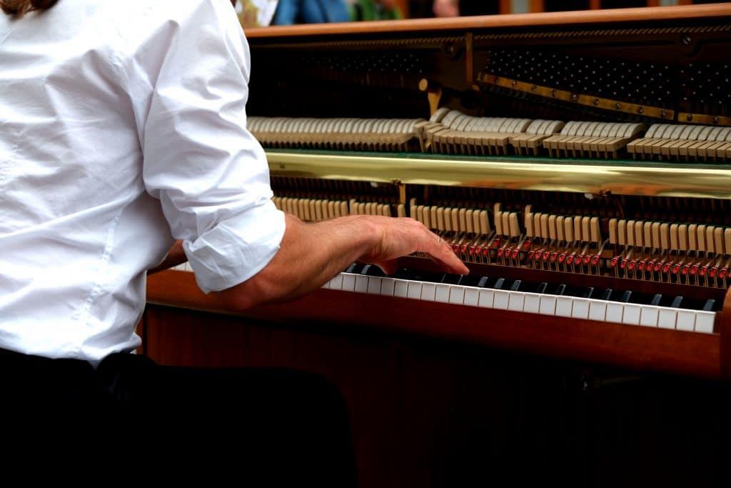 3 Schlüsselfaktoren, um als Erwachsener so schnell wie ein Kind Klavier zu lernen